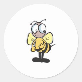 pequeños lindos manosean la abeja pegatina redonda