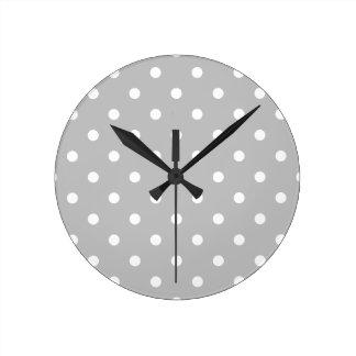 Pequeños lunares - blanco en gris claro reloj redondo mediano