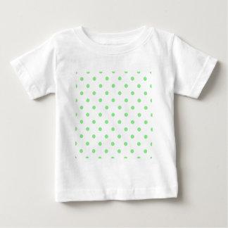 Pequeños lunares - verdes claros en blanco playera de bebé