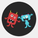 Pequeños monstruos etiqueta redonda