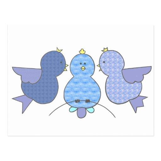 Pequeños pájaros azules lindos del modelo con un tarjetas postales