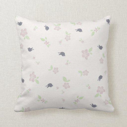 Pequeños pájaros en púrpura almohada
