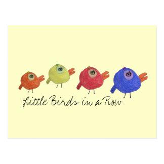 Pequeños pájaros en una fila postal