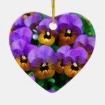 Pequeños pensamientos púrpuras arreglados en oro ornamentos de reyes