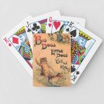 Pequeños perros de los perros grandes barajas de cartas