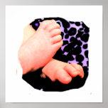 Pequeños pies del bebé, fondo púrpura del leopardo impresiones