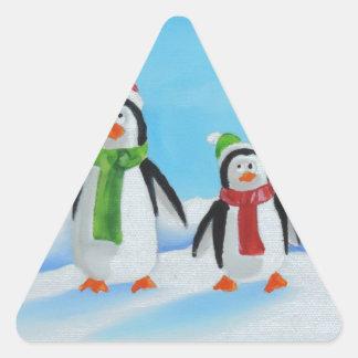 Pequeños pingüinos lindos con las bufandas pegatina triangular