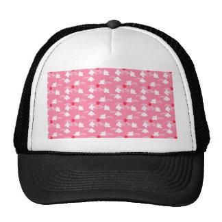 Pequeños polluelos rosados y blancos lindos gorras de camionero