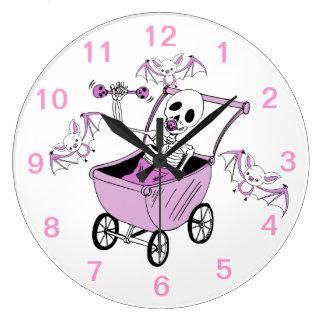 Pequeños relojes de pared esqueléticos rosados del