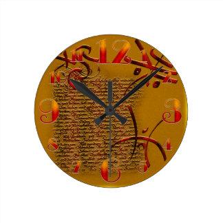 Pequeños runas y reloj de Halloween del texto