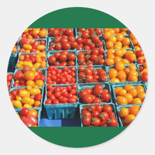 Pequeños tomates rojos y anaranjados pegatinas redondas