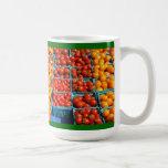 Pequeños tomates rojos y anaranjados tazas de café