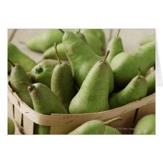 Peras verdes en cestito y tabla de madera felicitacion