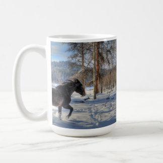 Percheron negro en nieve y bosque del invierno taza