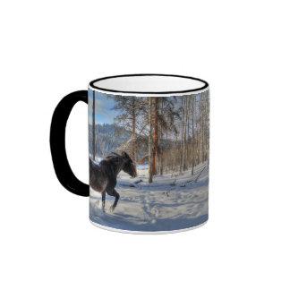 Percheron negro en nieve y bosque del invierno taza de dos colores