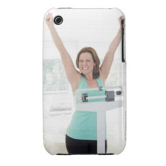 Pérdida de peso acertada. Pesaje feliz de la mujer Case-Mate iPhone 3 Coberturas