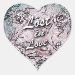 Perdido en el amor floral en suavemente azul y calcomania corazon