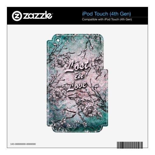 Perdido en el amor floral en suavemente azul y ros iPod touch 4G calcomanía