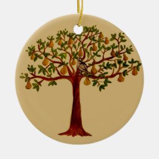 Perdiz en un ornamento del peral adorno navideño redondo de cerámica