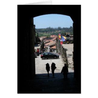 Peregrinos que entran en la tarjeta de Santiago