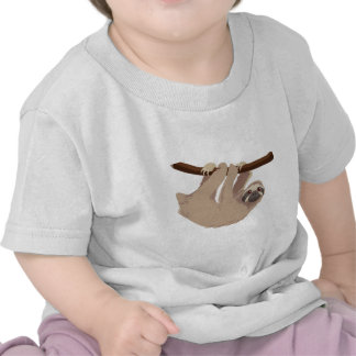 Pereza tocada con la punta del pie tres camisetas
