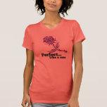 Perfeccione como un color de rosa camisetas
