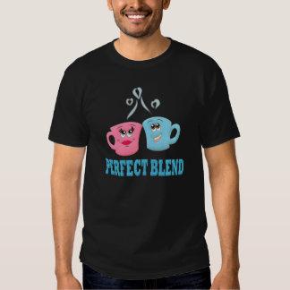 Perfeccione las tazas de café de la mezcla camisas