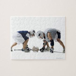 Perfil de dos hombres jovenes que juegan a puzzle
