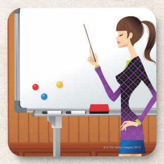 Perfil de la empresaria que señala whiteboard posavasos