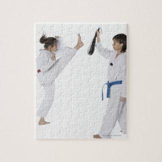 Perfil lateral de practicar de dos mujeres jovenes puzzle con fotos