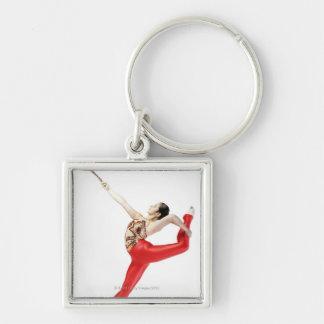 Perfil lateral de practicar femenino del gimnasta llavero cuadrado plateado