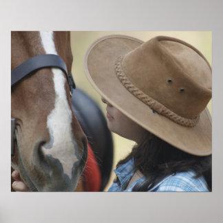 Perfil lateral de un adolescente que toca un cabal póster