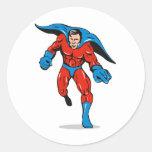 perforación corriente masculina caped super héroe etiqueta redonda