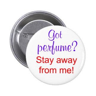 ¿Perfume conseguido? ¡Estancia lejos de mí! Pin Redondo De 2 Pulgadas
