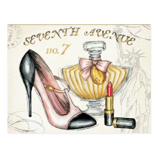 Perfume, lápiz labial rojo, y un zapato de tacón a postales