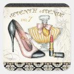 Perfume, lápiz labial rojo, y un zapato de tacón pegatina cuadrada