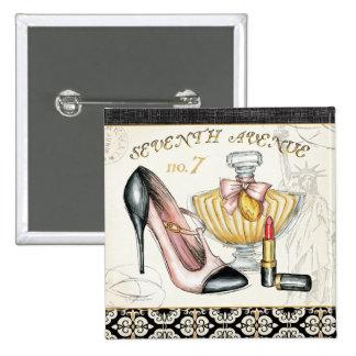 Perfume, lápiz labial rojo, y un zapato de tacón pin cuadrado