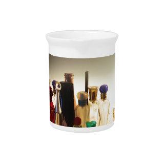 Perfumes y caramelos en una tabla jarras para bebida
