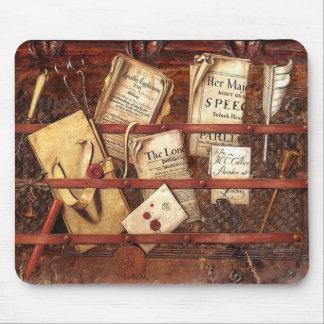 Periódicos, letras e instrumentos de escritura alfombrillas de raton