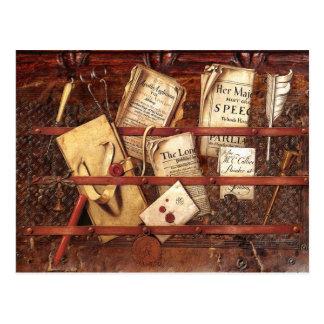 Periódicos, letras e instrumentos de escritura tarjeta postal