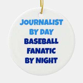 Periodista del fanático del béisbol del día por adorno navideño redondo de cerámica