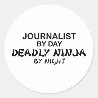 Periodista Ninja mortal por noche Pegatina Redonda