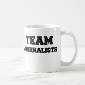 Periodistas del equipo taza básica blanca