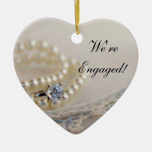 Perlas, anillo y ornamento azul del compromiso del adorno para reyes
