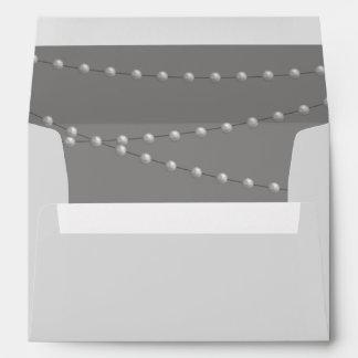 Perlas elegantes en sobre gris
