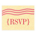 Perlas elegantes que casan la postal de RSVP, mage