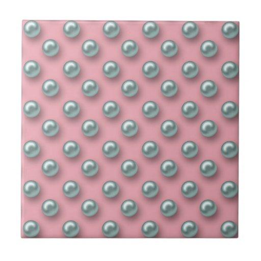 Perlas hermosas contra un fondo rosado teja