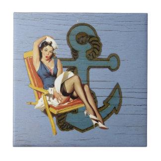 Perno náutico femenino del ancla encima de la moda azulejo
