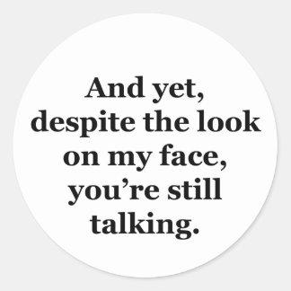 Pero, a pesar de la mirada en mi cara pegatina redonda