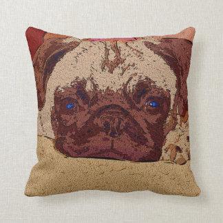 Perrito adorable del barro amasado que descansa la almohadas